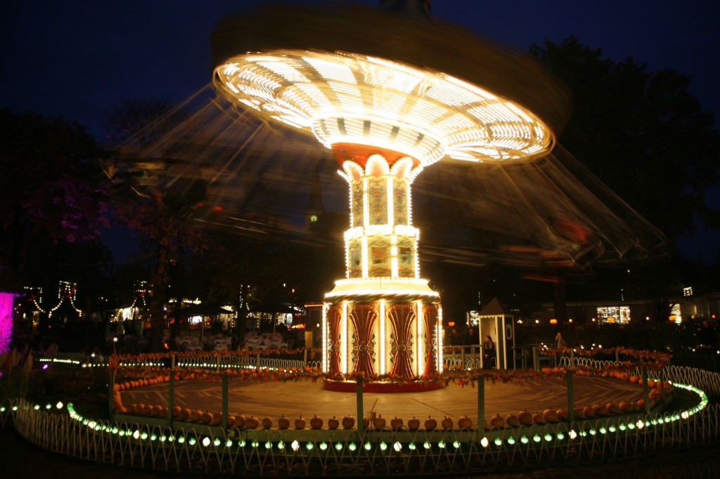 Even the carousel has gotten an autumnal flair :)